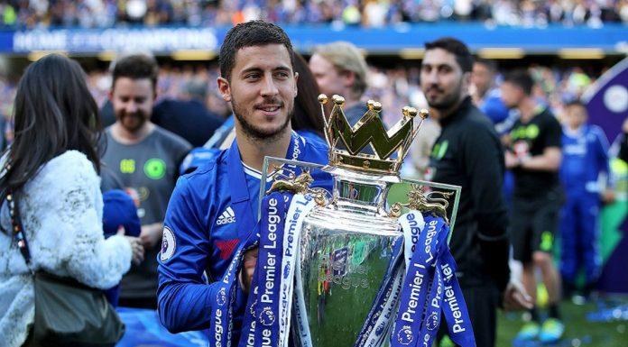 Eden Hazard Saat Mengangkat Trophy EPL
