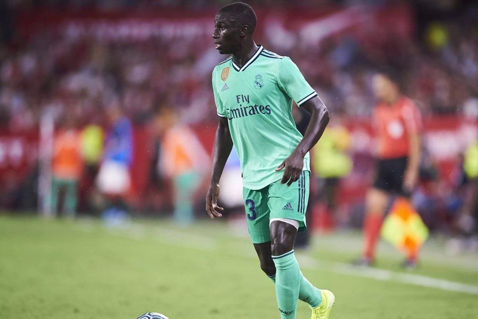 Cedera, Bek Baru Madrid Harus Menepi Lebih Lama