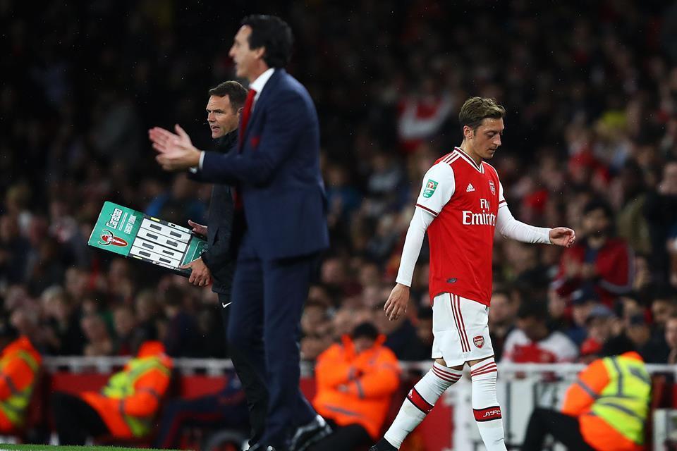 Emery Kembali Dikritik Karena Terus Cadangkan Ozil