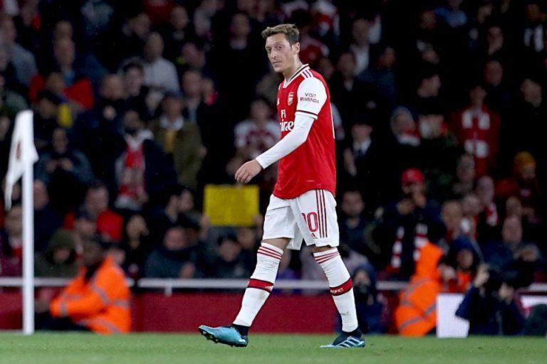 Ozil Desak Arsenal Melepasnya ke Barcelona?