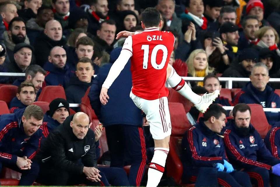 Mesut Ozil Disebut Tak Pantas Menjadi Pemain Arsenal