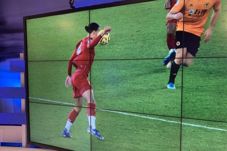 Bola Sentuh Tangan Van Dijk, Kenapa VAR Diam Saja?