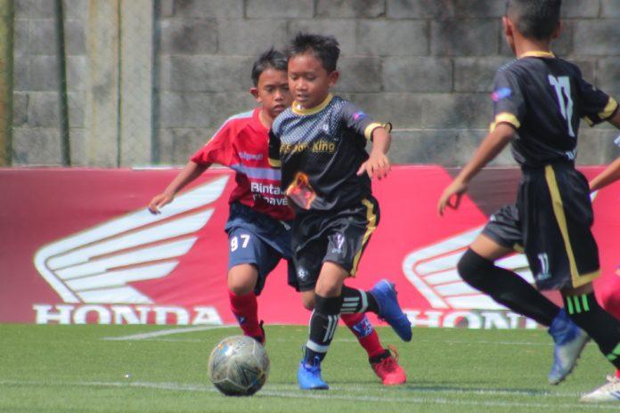 Pilar DBS (tengah) menggiring bola dalam pertandingan B'League KU 10 (dok. BPL)
