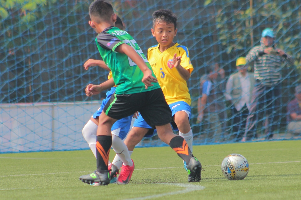 Pemain BAFC U-12 (Kuning) coba melewati pilar DBS dalam pertandinga B'League beberapa waktu lalu. (dok.BPL)