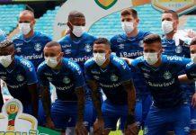 Liga Masih Dilanjutkan, Pemain Gremio Protes Dengan Masuk Lapangan Pakai Masker