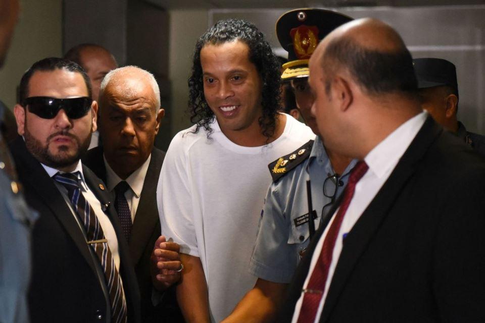 Salut! Ronaldinho Tetap Pamer Senyum Khas Meski Sedang Ditahan