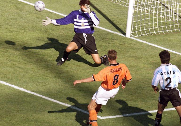 Mengenang Gol Ikonik Dennis Bergkamp di Piala Dunia 1998
