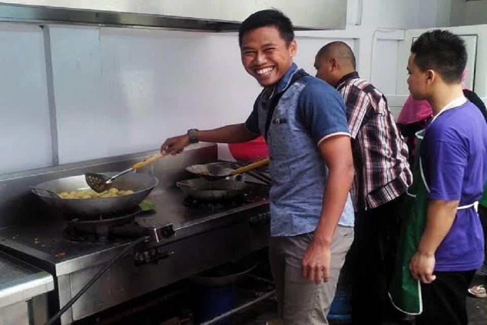 Vivagoal– Liga Indonesia – Pemain serba bisa Persija Jakarta, Tony Sucipto mengakui menyiapkan tabungannya untuk masa pensiun dengan memilih bisnis di bidang kuliner. Namun selain untuk menambah penghasilan, bisnis di bidang kuliner diakui sebagai tempat untuk menyalurkan Tony.