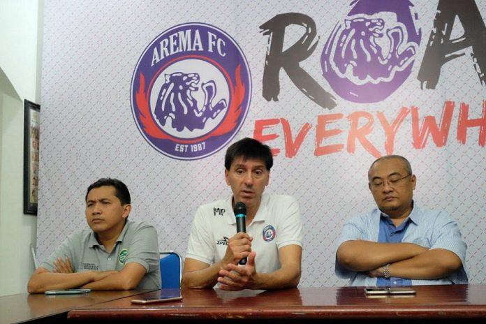 Ruddy Widodo dan manajemen Arema saat melakukan konferensi pers dengan media