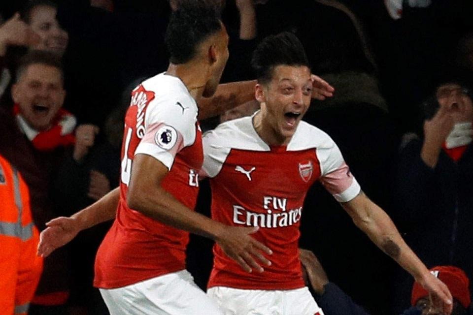Ekpresi Aubameyang dan Mesut Ozil saat merayakan sebuah gol