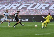 Pemain andalan Bayer Leverkusen, Kai Havertz saat sedang menendang bola ke gawang Glasgow Rangers