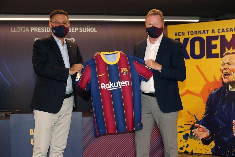 Presiden Barcelona Josep Maria Bartomeu (kiri) dan Pelatih Anyar Barcelona, Ronald Koeman