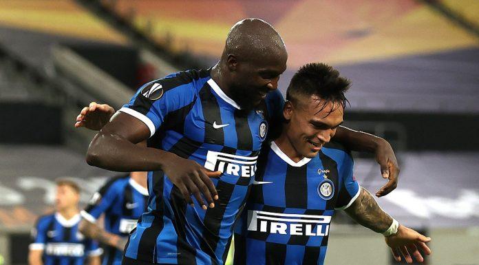 Romelu Lukaku (kiri) dan Lautaro Martinez (kanan) sedang berpelukan usai mecetak gol
