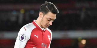 Mesut Ozil sedang mengangkat kedua tangannya saat bermain bersama Arsenal