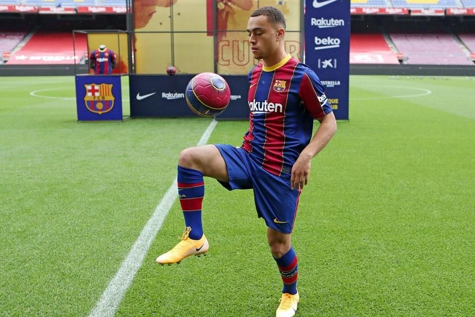 Barcelona baru saja memperkenalkan Sergino Dest sebagai bek kanan anyar mereka musim 2020/2021 ini