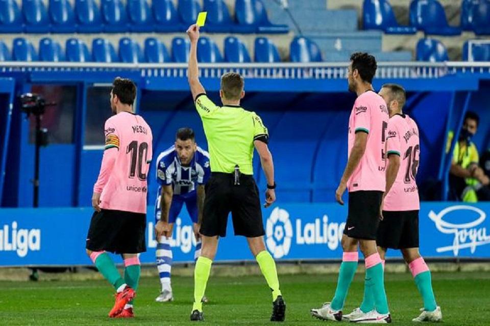 Tendang Bola Ke Arah Wasit, Messi Beruntung Tak Dikartu Merah