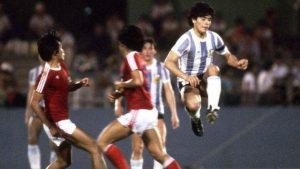 Diego Maradona ketika menghadapi timnas Indonesia pada tahun 1979 di Jepang. Sumber; Twitter