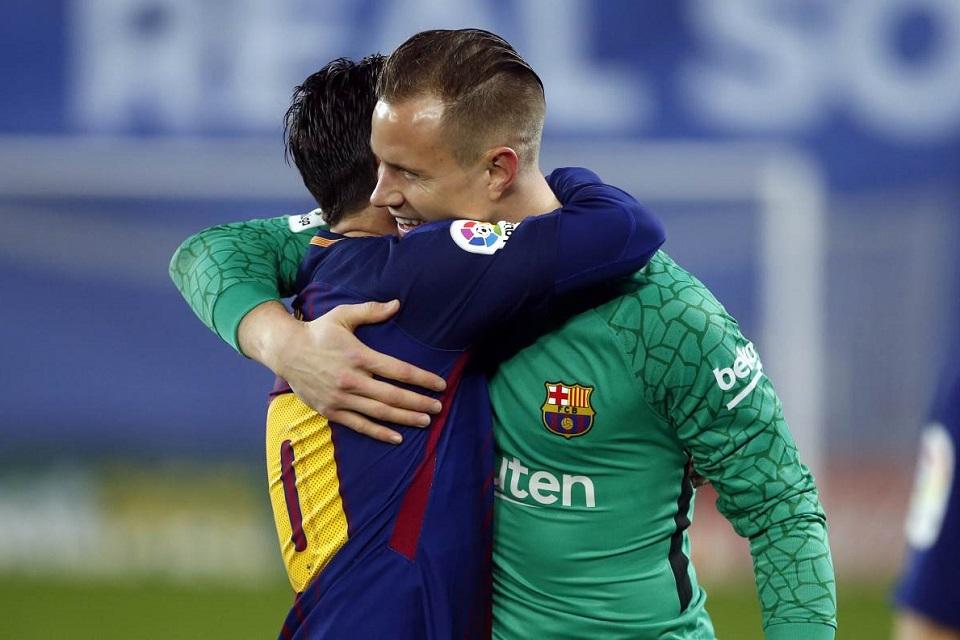 Marc-Andre Ter Stegen (kanan) dan Lionel Messi (kiri) sedang berpelukan usai merayakan kemenangan
