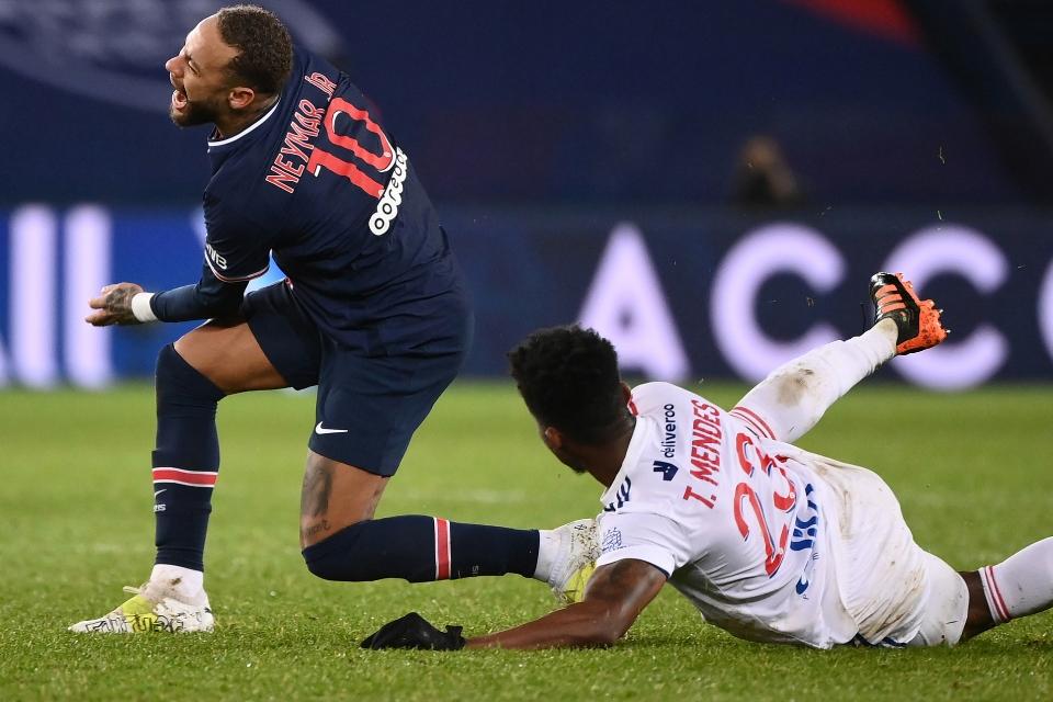 Cederai Neymar, Keluarga Pemain Lyon Diancam!