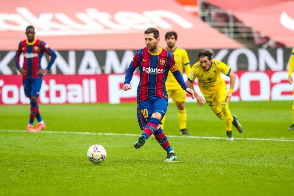 Satu Cara Hentikan Lionel Messi, Pelanggaran!