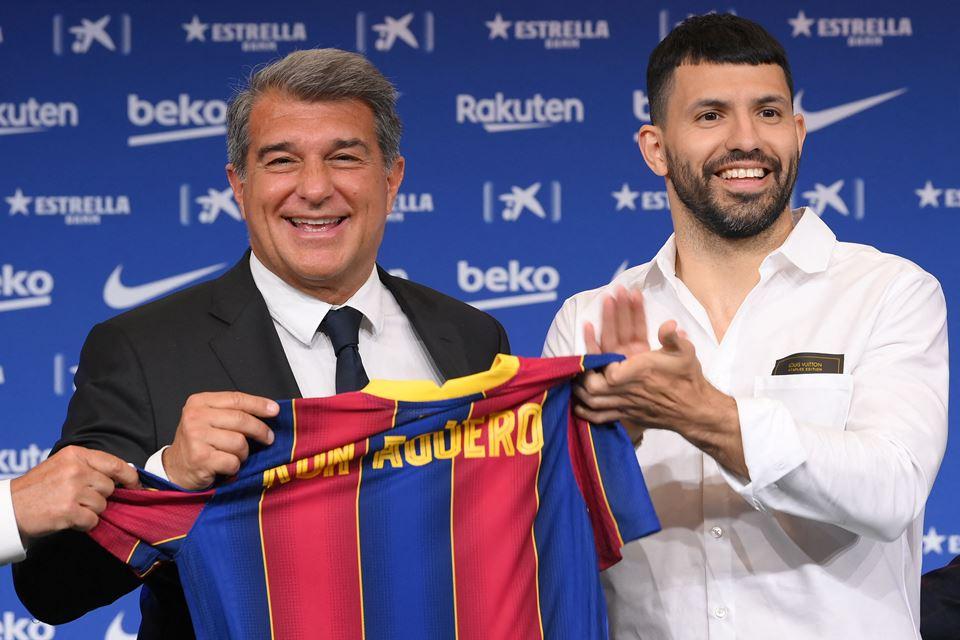 Pique: Aguero Tak Mau Pakai Nomor Messi!