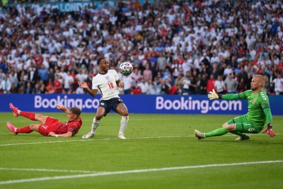 9 Saves Kiper Denmark Yang Terkubur Penalti Kontroversial Inggris