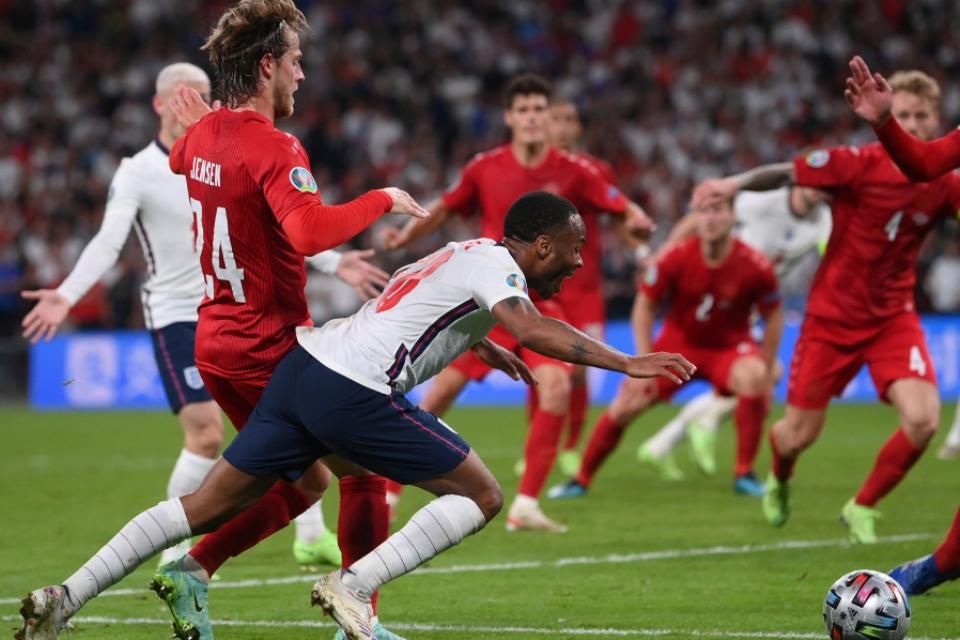 Inggris ke Final Euro 2020 Karena Gol Bunuh Diri Dan Penalti yang Tak Pantas