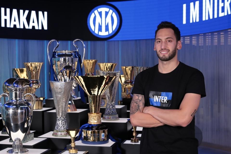 Calhanoglu Siap Menjadi Pelayan Setia Dua Bomber Mematikan Inter Milan