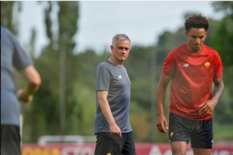 Bohong Kalau Mourinho Cuma Incar Tiga Besar di Roma