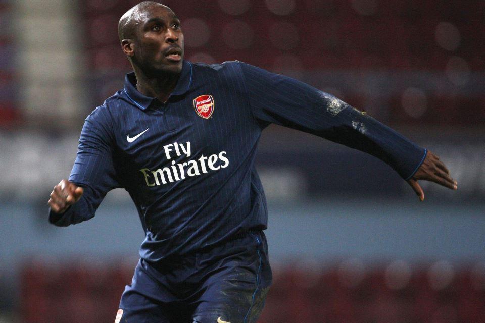 Pertahanan Timnya Tak Stabil, Legenda Arsenal Siap Jadi Solusi